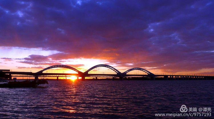 江天云阔彩虹桥