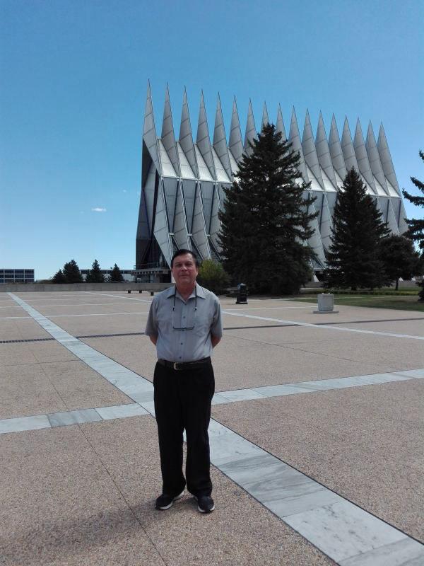 唐瓦加参观科罗拉多州的美国空军学院教堂 (这座教堂风格独特,曾获美国建筑奖)